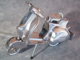"""Grand Scooter En Aluminium Poli , 27 Cm , 1 Kg , Lambretta , Vespa , Moto , Décoration """"Vintage"""" . - Art Populaire"""