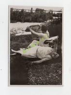 PHOTO DE 1929 - 63 - CREVANT - 2 FEMMES ALLONGEES SUR LES RIVES DE L'ALLIER ET LISANT UN JOURNAL - Pin-Ups
