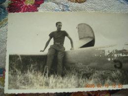 PHOTO HOMME SUR AVION MILITAIRE ABATTU SECONDE GUERRE MONDIALE EN FRANCE - Luchtvaart
