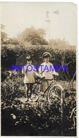 129822 REAL PHOTO COUPLE CHILDREN BICYCLE BIKE & MILL PHOTO NO POSTAL POSTCARD - Fotografie