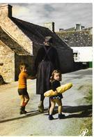 29 Vieille Bretonne Avec Ses Petit Enfants Et Le Pain Vieux Habits Sabots - Francia
