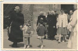 Crozon. Sortie De La Messe. Enfants Et Dames âgées. - Crozon