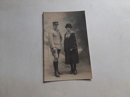Photo Militaire Et Sa Femme N°143 Sur Le Képi - Personaggi