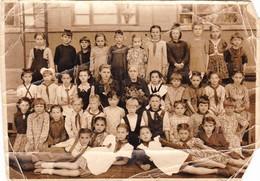 Pretty School Girls Pioniers And Teacher - Fille De L'école - Pionnier Russe Soviétique -  Uniform Russian Vintage Photo - Personnes Anonymes