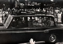 2 Cartes Photos Originales La Reine D'Angleterre Elizabeth II En Défilé Dans Sa Rolls-Royce & Petite Voiture Coupée - Famous People