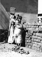 Photo Inde Bombay Les Filles Portent Les Briques Sur Leur Tête Dans Les Chantiers De Construction Ph. Vivant Univers - Orte