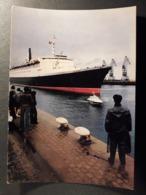 CHERBOURG  LE PORT PAQUEBOT QUEEN ELISABETH LA GARE MARITIME  FERRY  BATEAU PILOTE - Cherbourg