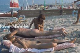 Diapositive Photo - Femme Et Homme Naturiste Sur La Plage De Pampelonne - Nue Nude Fkk - Nus Artistiques (1960-…)