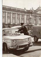 Toulouse Animée Place Du Capitole Contravention Voiture R8 Renault - Toulouse