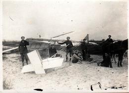 Photo Originale Groupe De Jeunes Pilotes Ingénieurs & Crash D'Avion Léger Tiré Par Un Cheval Sur La Plage Vers 1910/20 - Luchtvaart