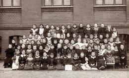 Grand Tirage Photo Albuminé Cartonné Original Scolaire Ecole De Filles Posant Dans La Cour De Récréation Vers 1890/1900 - Anciennes (Av. 1900)