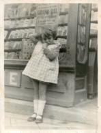 GRANDE PHOTO ENFANT DEVANT UNE LIBRAIRIE AFFICHE GRAND BAL MI-CAREME OU L'PEU LIRE LA VILLE DE MEAUX  18X14CM - Lieux