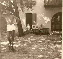 PHOTO ORIGINALE MAI 1952 - HOMME En SHORT TORSE NU - ZOOM - Personnes Anonymes