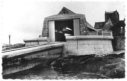 50)   BARFLEUR  - Le Canot De Sauvetage Dans Son Abri - Barfleur