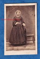 Photo Ancienne CDV Vers 1860 1870 - LE MONT DORE - Beau Portrait D'une Femme - Photographe Gay - Coiffe Folklore Robe - Anciennes (Av. 1900)