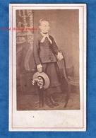 Photo Ancienne CDV Vers 1870 - Beau Portrait D' Une Petite Fille - Photographe à Identifier - Chapeau Mode Robe Enfant - Anciennes (Av. 1900)