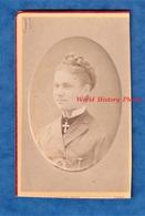 Photo Ancienne CDV Vers 1870 - GAND , Belgique - Portrait Jeune Femme Belge - Photographe Beernaert Coiffure Bijou Mode - Anciennes (Av. 1900)