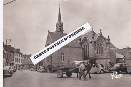 29 - PLACE DE L'EGLISE DE PLOMODIERN - AUTOMOBILES - ATTELAGE - Plomodiern