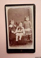 Photographie Ancienne CDV - 3 Jolies Petites Sœurs Se Tenant Par La Main - Par POULLAN  à Poitiers - Anciennes (Av. 1900)