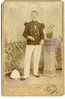 PHOTO PAPIER COLORISEE SUR CARTON FORT VERS 1900 PROBABLEMENT JAPON. MILITAIRE ET CASQUE COLONIAL - Dokumente
