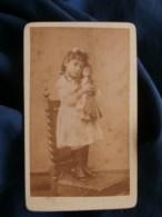 Photo CDV Anonyme - Fillette Cajolant Sa Poupée Circa 1890 L489 - Anciennes (Av. 1900)