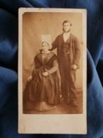 Photo CDV Anonyme - Second Empire, Couple Jeune Femme à La Coiffe (Poitou Charente ?) Homme Aux Favoris, Circa 1865 L489 - Anciennes (Av. 1900)
