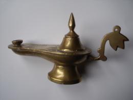 UNE LAMPE A HUILE EN LAITON - Art Oriental