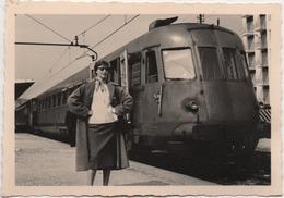 Fotografia Cm. 7,1 X 10,2 Con Treno. Retro: Padova Ferrovia Aprile 1959 - Trains