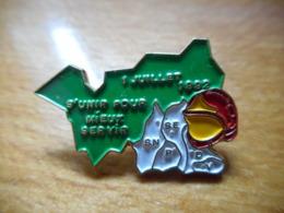 A047 -- Pin's Pompiers Vosges S'Unir Pour Mieux Servir 01 Juillet 1992 - Brandweerman