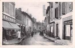 26 - PIERRELATTE La Grand'Rue ( Rue Commerçante Epicerie CASINO ) Jolie CPSM Photo N/B Dentelée Format CPA 1955 - Drôme - Autres Communes
