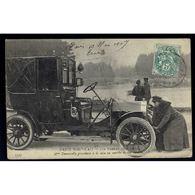 75 - PARIS Nouveau - Les Femmes Chauffeurs - Mme Decourcelle Procédant à La Mise En Marche De Son Autotax - Artisanry In Paris