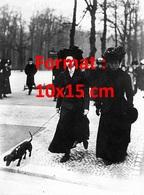Reproduction D'une Photographie Ancienne De Deux Dames Vêtues De Noir Promenant Leur Chien Teckel En 1908 - Reproductions