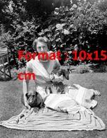 Reproduction D'une Photographie Ancienne D'une Dame élégante Assise Sur La Pelouse Avec Ses Deux Chiens Teckel En 1955 - Reproductions