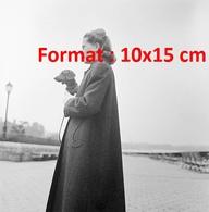 Reproduction D'une Photographie Ancienne D'une Dame Vêtue D'un Longmanteau Portant Un Chien Teckel En 1945 - Reproductions