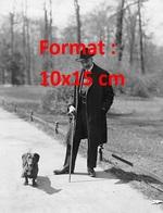 Reproduction D'une Photographie Ancienne D'un Monsieur âgé Dans Un Parc Avec Son Chien Teckel En 1929 - Reproductions