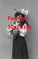 Reproduction D'une Photographie Ancienne D'une Dame Avec Chapeau à Plumes Portant Son Chien Teckel à Bras En 1905 - Reproductions
