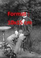 Reproduction D'une Photographie Ancienne D'un Gentleman En Costume, Chapeau Assis à Une Table Avec Son Chien Teckel 1891 - Reproductions