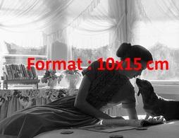 Reproduction D'une Photographie Ancienne D'une Jeune Femme Embrassant Sur La Truffe Un Chien Teckel - Reproductions
