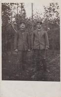 AK Foto 2 Deutsche Soldaten Im Wald - 1917  (47467) - Guerra 1914-18