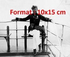 Reproduction D'une Photographie Ancienne D'un Officier De La Marine Avecson Chien Teckel En 1901 - Reproductions