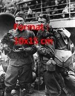 Reproduction D'une Photographie Ancienne De Deux Soldats Américains Embarquant Avec Un Chien Teckel Et Un Raton Laveur - Reproductions