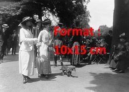 Reproduction D'une Photographie Ancienne De Deux Ladies Se Promenant Avec Leur Chien Teckel En 1916 - Reproductions