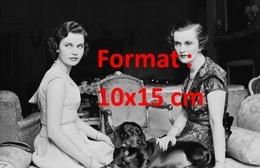 Reproduction D'une Photographie Ancienne De Deux Femmes Et Un Chien Teckel En 1955 - Reproductions