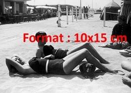 Reproduction D'une Photographie Ancienne De Deux Femmes Sur La Plage Avec Leur Chien Teckel En 1935 - Reproductions