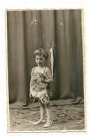 CARTE PHOTO - JEUNE ENFANT AVEC DRAPEAU - JOLI PETITE FILLE - Photos
