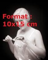 Reproduction Photographie Ancienne Du Portrait D'une Jeune Femme En Nuisette Mettant Du Dentifrice Sur Sa Brosse à Dents - Reproductions