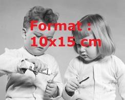 Reproduction Photographie Ancienne Du Portrait De Deux Jeunes Enfants Mettant Du Dentifrice Sur Leur Brosse En 1950 - Reproductions
