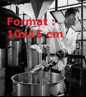 Reproduction D'une Photographie Ancienne D'un Ouvrier à La Fabrication Du Dentifrice Au Whisky Aux Etats-Unis En 1955 - Reproductions
