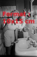 Reproduction D'une Photographie Ancienne De Deux Femmes Se Lavant Les Dents Avecdu Dentifrice Au Whisky Aux Etats-Unis - Reproductions