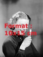 Reproduction D'une Photographie Ancienne D'une Jeune Femme Montrant Ses Dents Pour Une Publicité De Brosse à Dents 1936 - Reproductions